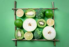 Frutas frescas en un marco cuadrado en una tabla verde Consumición sana fotos de archivo libres de regalías