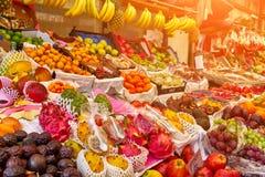Frutas frescas en un mercado imagen de archivo libre de regalías