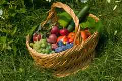 Frutas frescas en una cesta Imágenes de archivo libres de regalías