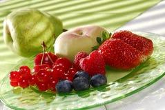 Frutas frescas en una placa Fotografía de archivo