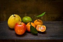 Frutas frescas en una silla de madera vieja, aún vida Foto de archivo libre de regalías