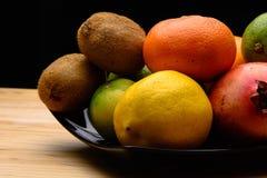 Frutas frescas en una tabla Fotografía de archivo