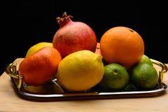 Frutas frescas en una tabla Foto de archivo libre de regalías