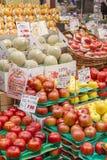 Frutas frescas en una verdulería Foto de archivo libre de regalías