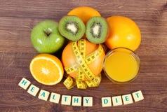 Frutas frescas, jugo y cinta métrica, formas de vida sanas y nutrición Fotografía de archivo libre de regalías