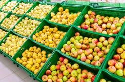 Frutas frescas listas para la venta foto de archivo libre de regalías