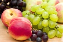 Frutas frescas, manzanas, uvas y melocotones Imagen de archivo
