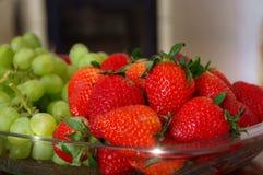 Frutas frescas na bacia de vidro Fotografia de Stock