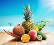 Frutas frescas na praia imagens de stock royalty free