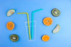 Frutas frescas no azul fotos de stock