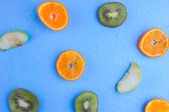 Frutas frescas no azul fotos de stock royalty free