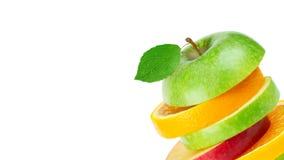 Frutas frescas Pila de manzana y de rebanadas anaranjadas en blanco fotos de archivo libres de regalías