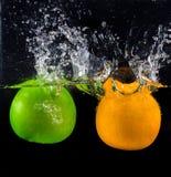 Frutas frescas que caem no respingo da água Imagem de Stock