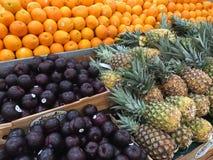 Frutas frescas que venden en el mercado de los granjeros fotos de archivo libres de regalías