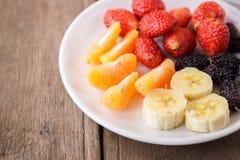 Frutas frescas sanas en una placa Fotos de archivo