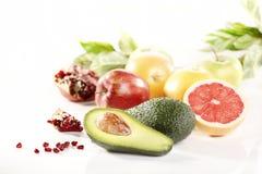 Frutas frescas y aguacate en el fondo blanco fotografía de archivo libre de regalías