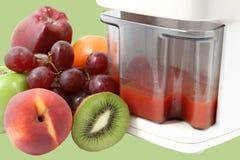 Frutas frescas y juicer foto de archivo libre de regalías