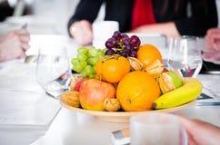 Frutas frescas y sanas en la tabla de la oficina imagen de archivo libre de regalías