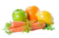 Frutas frescas y zanahoria en un fondo blanco fotos de archivo