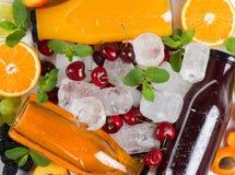 Frutas, jugos y cubos de hielo Fotografía de archivo