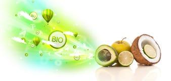 Frutas jugosas coloridas con las muestras y los iconos verdes del eco Imagen de archivo libre de regalías