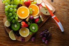 Frutas jugosas en un tablero de madera Foto de archivo