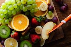 Frutas jugosas en un tablero de madera Fotos de archivo