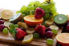 Frutas jugosas en un tablero de madera Fotografía de archivo libre de regalías