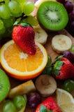 Frutas jugosas en un tablero de madera Imagen de archivo