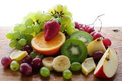 Frutas jugosas en un tablero de madera Fotos de archivo libres de regalías