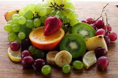 Frutas jugosas en un tablero de madera Foto de archivo libre de regalías
