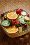 Frutas jugosas en un tablero de madera Imagenes de archivo