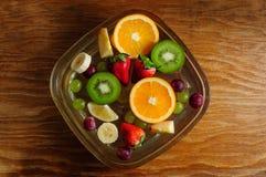 Frutas jugosas en una placa con hielo Foto de archivo