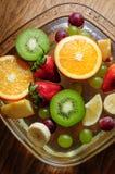 Frutas jugosas en una placa con hielo Imagen de archivo