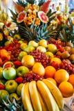 Frutas múltiples en una comida fría de lujo Imagenes de archivo