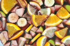 Frutas maceradas en vino tinto para hacer una sangría imagenes de archivo