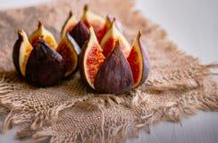 Frutas maduras del higo en la arpillera Alimento sano imagenes de archivo