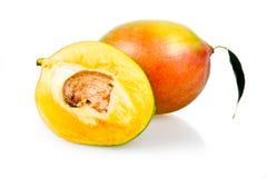 Frutas maduras del mango con las hojas aisladas Imágenes de archivo libres de regalías