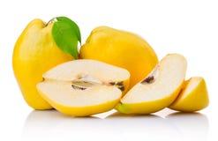 Frutas maduras del membrillo con la hoja y la rebanada aisladas Fotografía de archivo