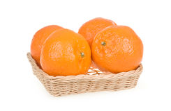 Frutas maduras do Tangerine na cesta isolada no branco Fotos de Stock Royalty Free