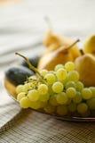Frutas maduras - uvas y peras Fotos de archivo libres de regalías