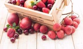 Frutas mezcladas en caja Imagenes de archivo