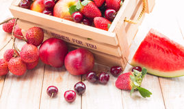 Frutas mezcladas en caja Imágenes de archivo libres de regalías