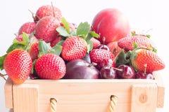 Frutas mezcladas en caja Fotografía de archivo