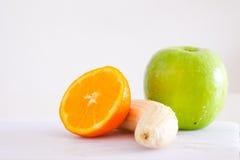 Frutas mezcladas para la salud en el fondo blanco Imagen de archivo