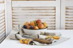 Frutas na tabela fotos de stock