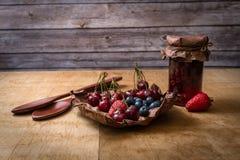 Frutas na tabela de madeira imagens de stock royalty free