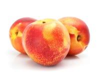 Frutas naturais do pêssego isoladas no branco imagens de stock