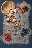 Frutas Nuts y secadas en un pedazo de arpillera Imagen de archivo