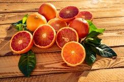 Frutas orgánicas de la fruta de Orangen o de las naranjas de sangre en primer Tiro al aire libre en la sol imagen de archivo libre de regalías